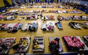 台湾花莲地震遇难者增至11人 居民在体育馆避难