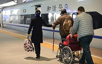 """新春走基层:车站里的""""守岁人"""""""