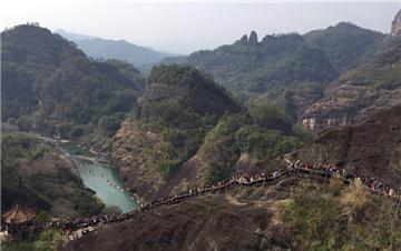 春节期间武夷山游人如织 848级台阶需走1.5小时