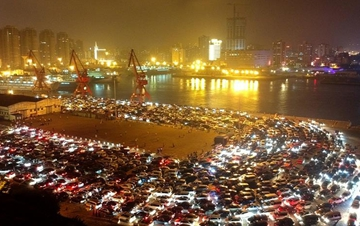 万余辆汽车深夜在琼州海峡等待过海 场面壮观
