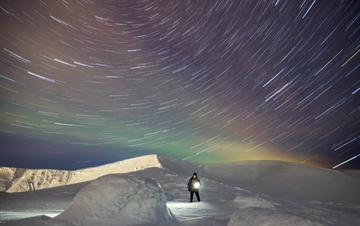 俄男子拍下彩虹色北极光 绚烂夺目