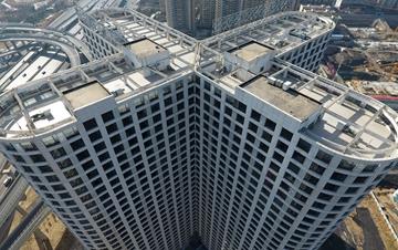 郑州一大楼造型奇特 3000余窗户密集缀满楼体