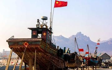 青岛连心渔港国旗飘飘 成独特风景线