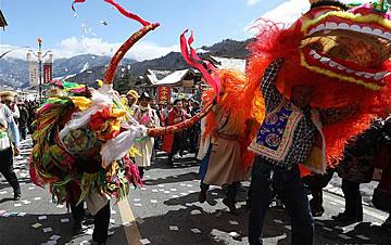 """夹金山下藏族群众欢度""""上九节"""""""