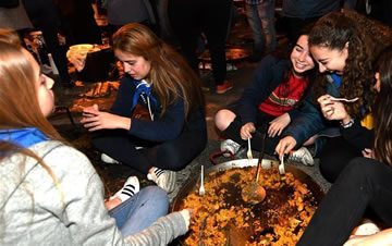 西班牙迎法雅节 民众马路边现场制作海鲜饭