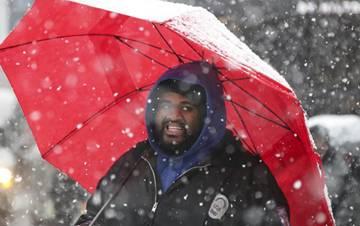 美国纽约21日再次遭遇暴风雪天气