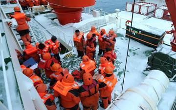 中国南极科考队举行应急消防弃船演练