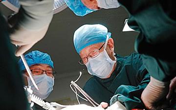 """""""中国肝胆外科之父""""96岁高龄吴孟超院士为患者手术"""