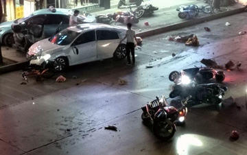 广西河池一轿车闹市撞飞8辆电动车 现场一片狼藉