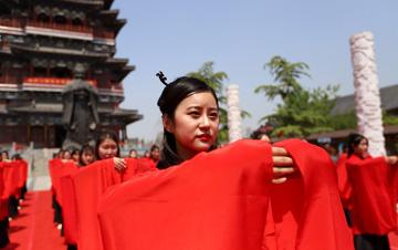 """河南:数十名女生再现""""女儿节"""" 穿汉服举行成人礼"""
