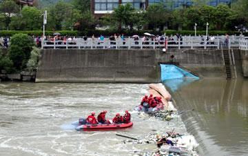 桂林两艘龙舟翻船致17人遇难