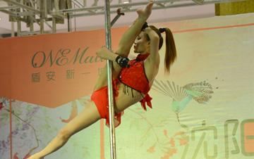 沈阳首届空中钢管舞大赛决赛举行 美女大秀空中一字马