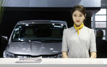 2018年北京车展:高颜值礼仪引导员秒杀车模