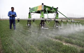 新型职业农民用科技耕种在希望的田野上