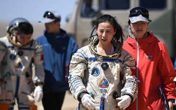 """""""太空教师""""王亚平的沙漠训练故事"""