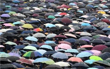 武汉大学万余名学生冒雨参加毕业典礼