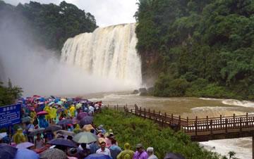 黄果树瀑布进入丰水期 吸引大批游客