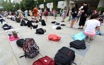 西安图书馆暑期火爆 学生凌晨用书包占位排队