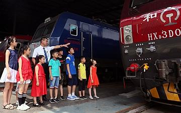 济南:小学生感受铁路发展 丰富暑期生活