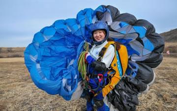 沈阳航空航天大学女大学生滑翔伞队翱翔蓝天