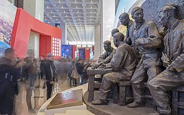 庆祝改革开放40周年大型展览观者如云