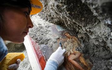 """庞贝古城发现珍贵壁画""""丽达与天鹅"""""""