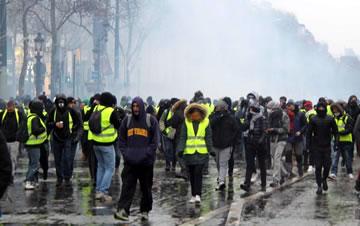 法国警方向示威者施放催泪瓦斯
