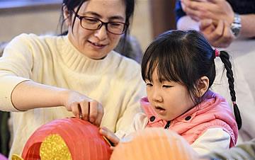 乌鲁木齐:宝宝做手工迎新年