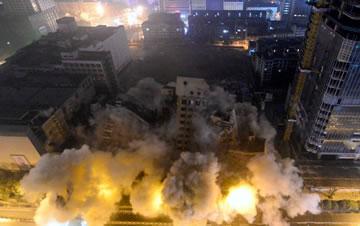 长沙62.3米高楼被爆破拆除 用时仅2.81秒