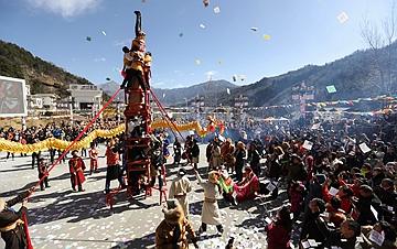 """夹金山下藏族同胞欢庆""""上九节"""""""