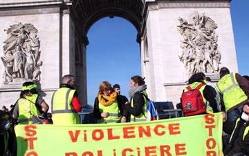 巴黎防暴警察和装甲车驻守凯旋门