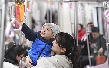 """西安地铁的""""灯谜专列"""""""