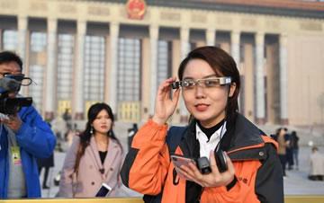 两会记者使用虚拟现实(VR)直播眼镜进行采访
