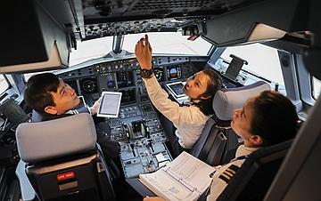 """追逐梦想 """"80后""""空姐变身女飞行员"""