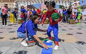 """山西万荣:亲子游戏迎""""六一"""""""