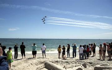 纽约琼斯海滩上演飞行秀
