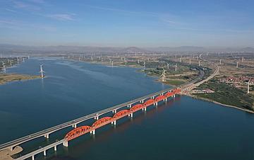 京张高铁官厅水库特大桥铺轨完成