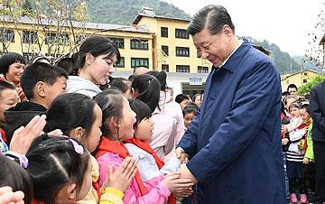 习近平和孩子们在一起的温情瞬间