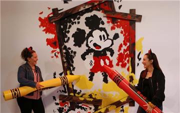 加州迪士尼园区举行庆祝米老鼠动漫形象诞生90周年展览