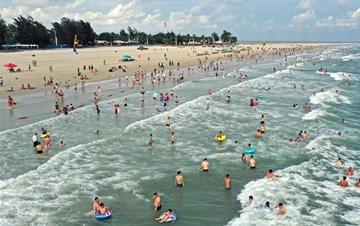 广西北海市银滩进入旅游旺季