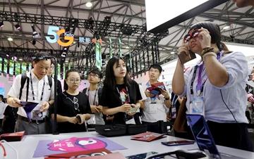 世界移动大会在上海举行 参观者体验5G