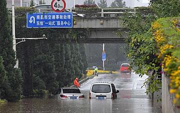 南昌遭遇强降雨 多地出现积水