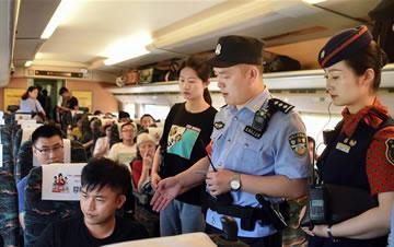 """武汉铁路警方开展""""列车霸座""""处置演练"""