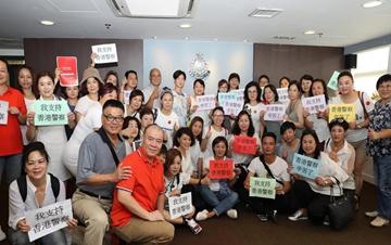 """香港市民:""""我支持香港警察"""""""