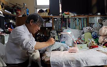 """上海:七旬老人的""""毛绒娃娃医院"""""""