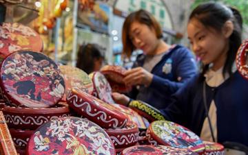新疆�豸�木�R:多彩假期生活