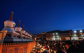 青海藏族群众迎来燃灯节