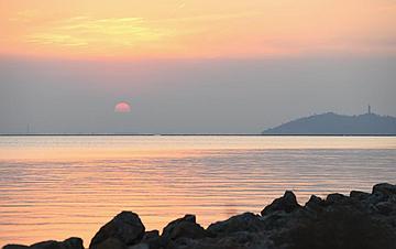 落日余晖映巢湖