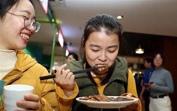 """上海:大学生美食节 """"青春饭""""大比拼"""