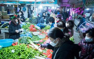 武汉:市民有序购买生活用品